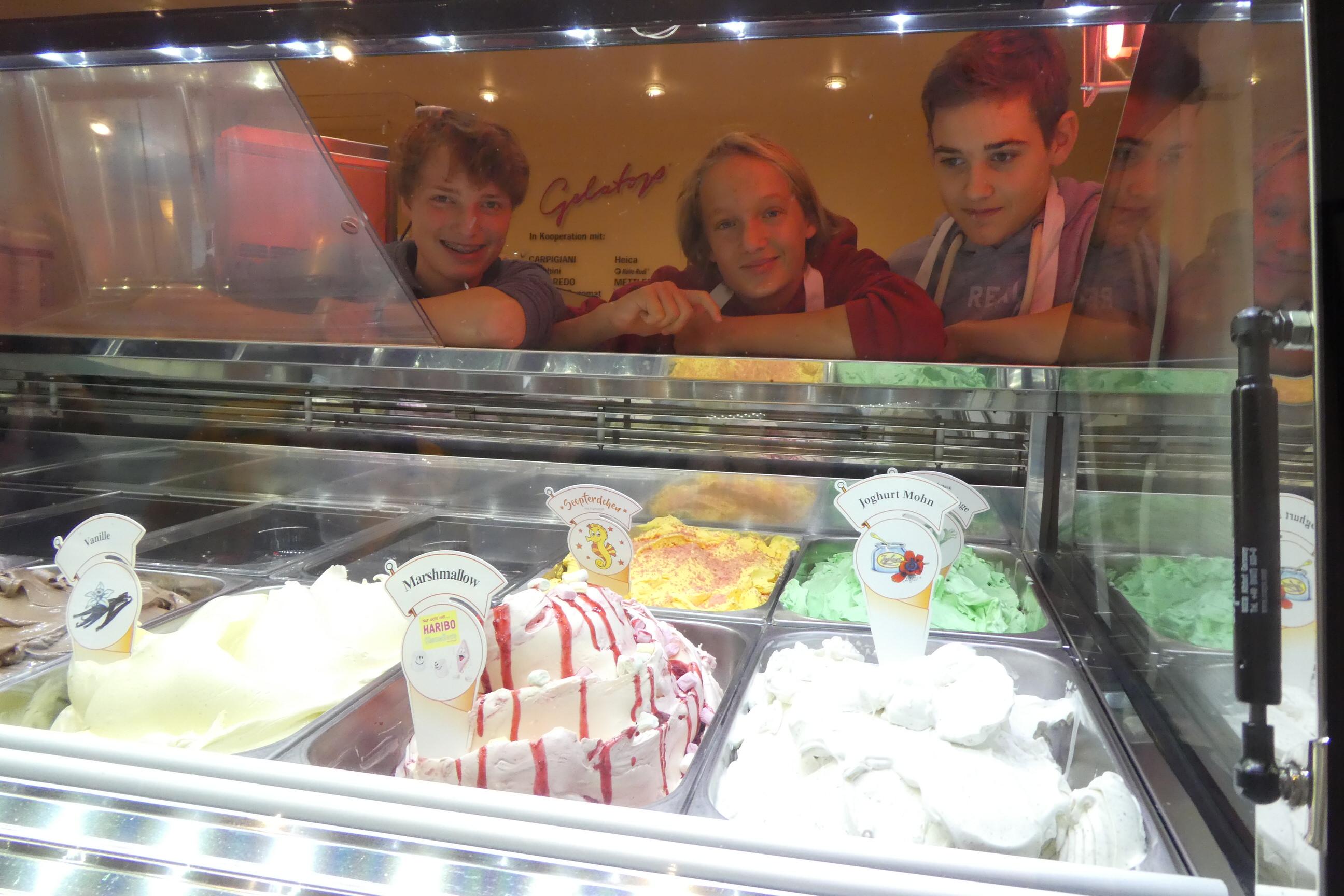 Nach der Eis-Bilanzierung freuen sich Luca, Luuk und Jannis darauf, gleich das selbstgemachte Eis zu probieren.
